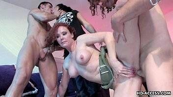 Mulheres casadas fazendo suruba com os tarados