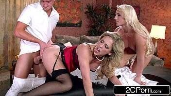 Porno gratis duas loirinhas vadias praticando sexo com jovem dotado e louco por suruba