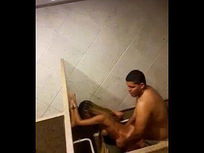 Sexo no banheiro do shopping com a loirinha