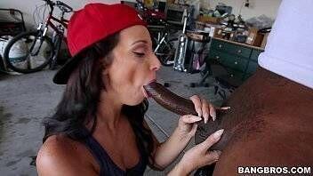 Vídeos de sexos moreninha ninfeta praticando sexo oral maravilhoso na piroca grande do negrão dentro da garagem
