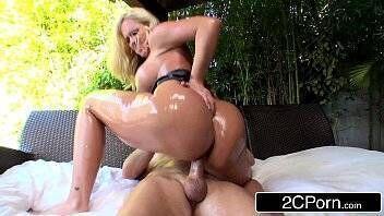 X porno loira rabuda bem gostosa praticando belo sexo anal com malandro do pau grande