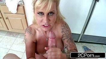 Xvídeos porno coroa gostosa faz sexo com amigo do seu marido na casa deles