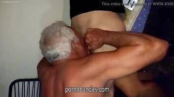 Xvideos sexo coroa chupanda a buceta da novinha virgem que adora ganhar belas linguadas na xoxota e no cuzinho deixando a ninfeta delirando de prazer