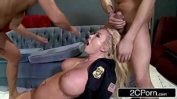 Xvideos10 suruba boa com policial loira bem safada e amante de sexo grupal mostra que é uma puta na foda