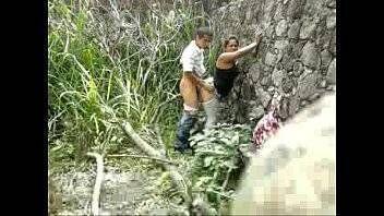 Caiu na net dono do terreno flagra casal de safados dando boa trepada no mato