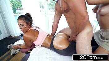 Pornor carequinha sarado foi massagear as gostosas e acabou recebendo prazer surreal das ninfetas safadas