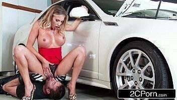 Pornor loira madura traindo o marido com mecânico que foi consertar o possante do corno