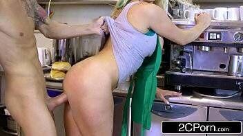 Video pirno nova funcionária de um café fode com cliente logo pela manhã