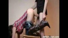 Gozando na buceta da irma branquinha gostosa dando de quatro na escada para macho de pauzão