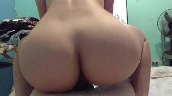 Porno com branquinha gostosa sentando gostoso de costas com xota na rola