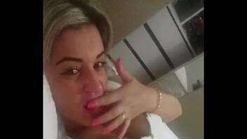 Video one porn loirinha solitária tocando siririca e gravando pra grupo de whatsapp