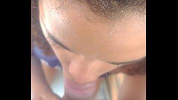 Video sexo novinha da favela fazendo belo boquete na piroca