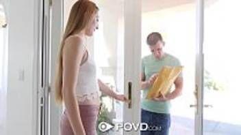 Garota branquinha muito gostosa dando sua deliciosa bucetinha pro macho