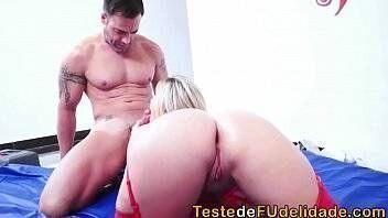 Brasileira tatuada fazendo sexo com um bem dotado