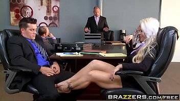Gostosa do escritório fazendo sexo com seu colega