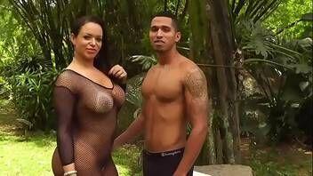 Gostosa fodendo com fã dela em vídeo pornográfico