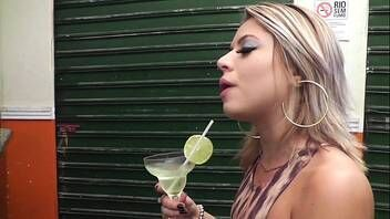 Loira gostosa do bar mamando no pau do desconhecido