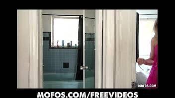 Loirinha linda e gostosa se masturbando no banheiro