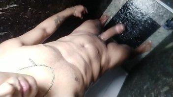 Marmanjo dotado batendo punheta durante o banho
