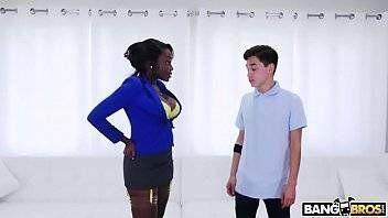 Negra peituda transando com um novinho safado