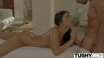 Porno em HD de ninfetinha gostosa fazendo sexo anal