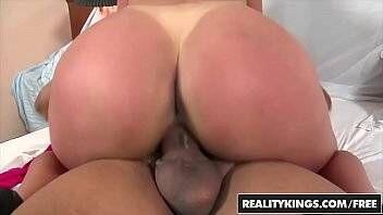 Rabuda bronzeada do Brasil fazendo sexo gostoso