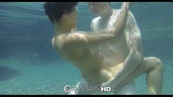 Sexo debaixo da piscina com novinha gostosa