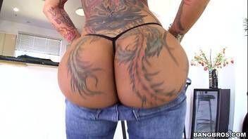 Tatuada tesuda mostrando sua bunda muito gostosa