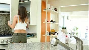 Xporno comendo linda novinha na cozinha e na sala de estar