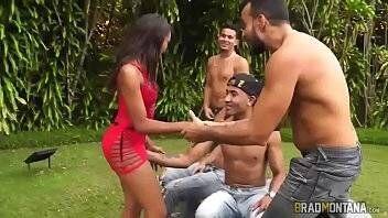 Novinha brasileira em suruba com machos dotados
