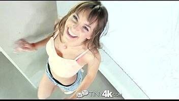 Novinha no porno transando com xota molhadinha