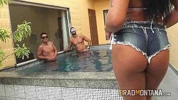 Pornogostoso de brasileira piranha vadia transando com dois
