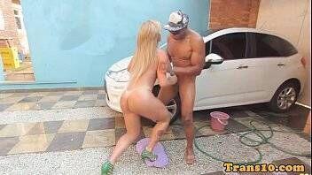 Transex do Brasil em vídeo porno chupando um negro