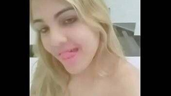 Travesti brasileira no motel se mostrando nua em video