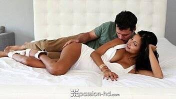 Morena gata num sexo gostoso com macho dotado