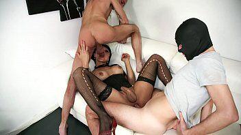 Boneca bem dotado dando pra dois machos ao mesmo tempo