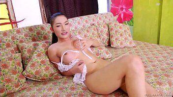 Pono de travestis asiatica mostrando o pau pequeno e os peitos durinhos