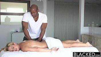 Furacão porno com o negão massagista torando com tudo a buceta da loira linda