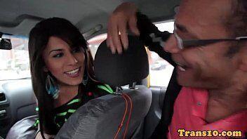 Homem fodendo travesti linda num vídeo amador