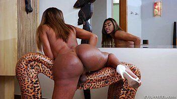 Negra brasileira transsexual se mostrando pelada