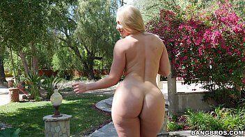 Xvideo com uma loira da bunda bem gigante mesmo que adora ficar toda peladinha no meio do jardim