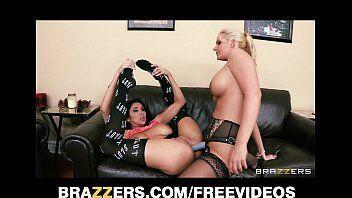 Xvidoes com loira deliciosa comendo a amiga morena em um video de porno foda em cima do sofá