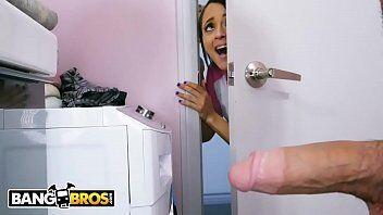 Anal porno mostra uma morena deliciosa deixando seu namorado entrar em casa escondido para transar com ela