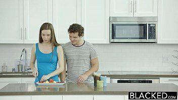 Boafoda.com mostra uma dona de casa fazendo o café da manhã e sendo o café da manhã do seu namorado