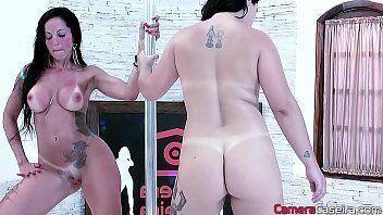 Camera hot mostra duas mulheres super deliciosas fazendo sexo com homens da casa