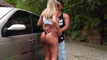 Filmes de sexo com mulher deliciosa sendo chupada enquanto lava o carro no meio da rua