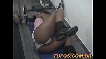 Gostosinha mostrando xoxotinha de lado para seu namorado foder gostoso em quando ela treina na academia