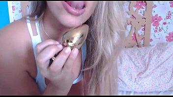 Loira muito gostosa mostrando sua buceta para a webcam ao vivo no xvideos gratis