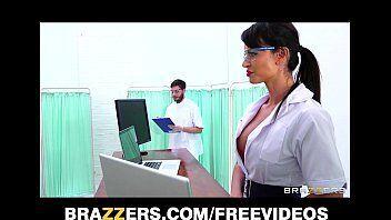 Médica tendo um apoio fora do normal com sua amiga do hospital para transar com namorado