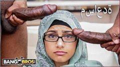 Mia khalifa em mais um video muito gostoso com dois negões fazendo dupla penetração na vagabunda